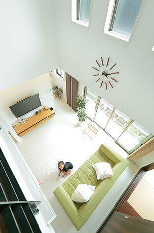 壁掛けテレビはコンセントボックスをニッ チに配置、テレビ台も壁掛け施工して 掃除しやすくスッキリ