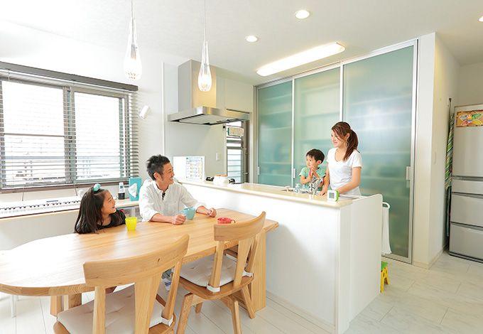 ホームアシスト【1000万円台、デザイン住宅、子育て】キッチン背面は、アクリル板のスケルトン大容量収納を設置。食器、調理器具は全てここに。フルオープンのキッチンはいつもスッキリ