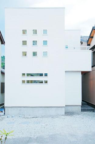 ホームアシスト【デザイン住宅、子育て、間取り】キューブ型のシンプルな外観。白い塗り壁とデザインチックな窓の調和が都会的でカッコイイ