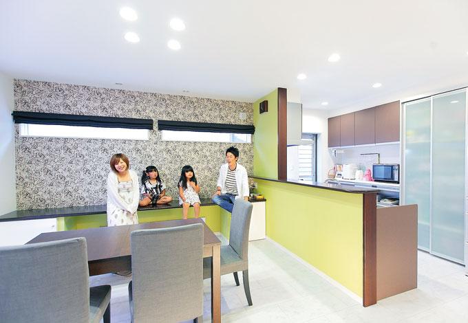 ホームアシスト【デザイン住宅、子育て、間取り】斬新な色使いと照明の組み合わせが素敵なDK。カウンターは子どもたちの勉強コーナー
