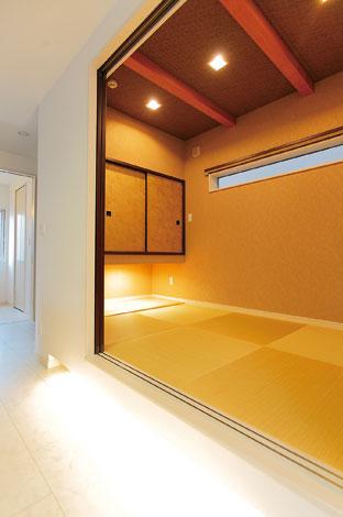 ホームアシスト【デザイン住宅、子育て、間取り】現しの梁、吊り押入れなど、和のしつらえが光る和室。段差部分のダウンライトも空間のアクセントに