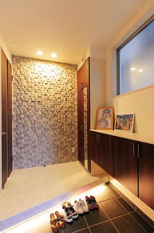 ホームアシスト【デザイン住宅、子育て、間取り】玄関ホールに外壁用のサイディングを使い、ラグジュアリーな雰囲気を演出