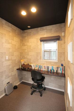 ホームアシスト【デザイン住宅、子育て、間取り】コンクリート調のクロスが重厚感を醸し出す書斎