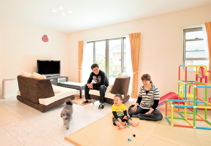 ホームアシスト【1000万円台、デザイン住宅、子育て】フローリングも白系で明るい雰囲気のリビング。畳コーナーは便利で使いやすいと大満足