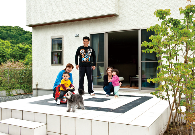 ホームアシスト【1000万円台、デザイン住宅、子育て】手のかかるウッドデッキをやめ長持ちするタイルデッキを選択。高さはリビングに合わせ、外からも上がりやすいように3カ所にステップを設けた