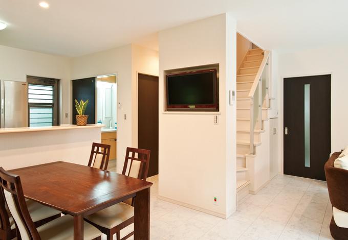 ホームアシスト【1000万円台、デザイン住宅、子育て】キッチン、ダイニングから見やすい位置にテレビを設置。壁に埋め込んですっきりと収まる