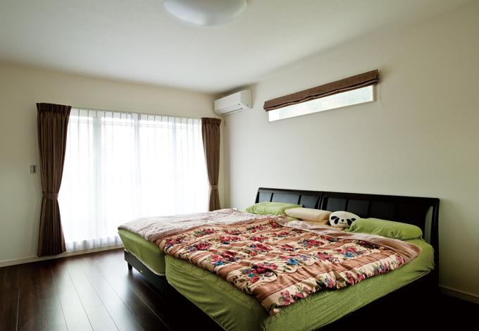 ホームアシスト【1000万円台、デザイン住宅、子育て】約4畳のウォークインクローゼットがついた寝室は濃い色の床材で落ち着いた印象