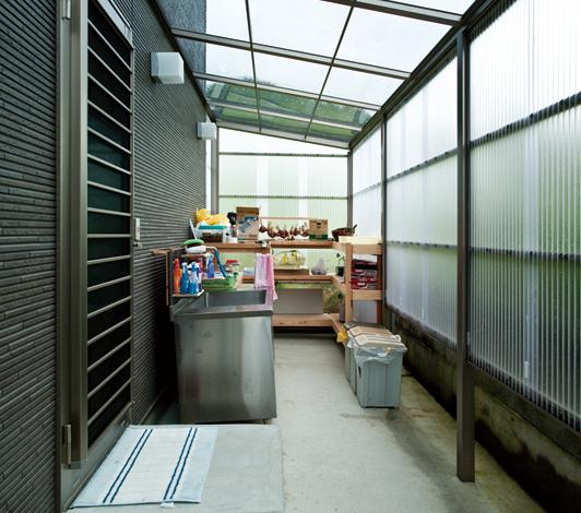 ホームアシスト【1000万円台、デザイン住宅、子育て】屋根を付けてスペースを有効活用したバックヤードの食品庫