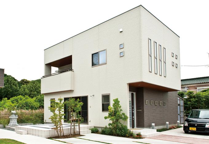 ホームアシスト【1000万円台、デザイン住宅、子育て】シンプルでかっこいいキューブ型の外観。玄関側の濃い茶色の壁が全体を引き締めている