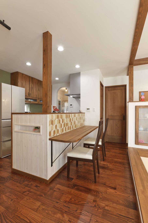アスカ工務店【子育て、自然素材、間取り】キッチン正面のスタディカウンター。落ち着いて勉強できるように、子どもの視線に入る壁は漆喰のモスグリーンをセレクト