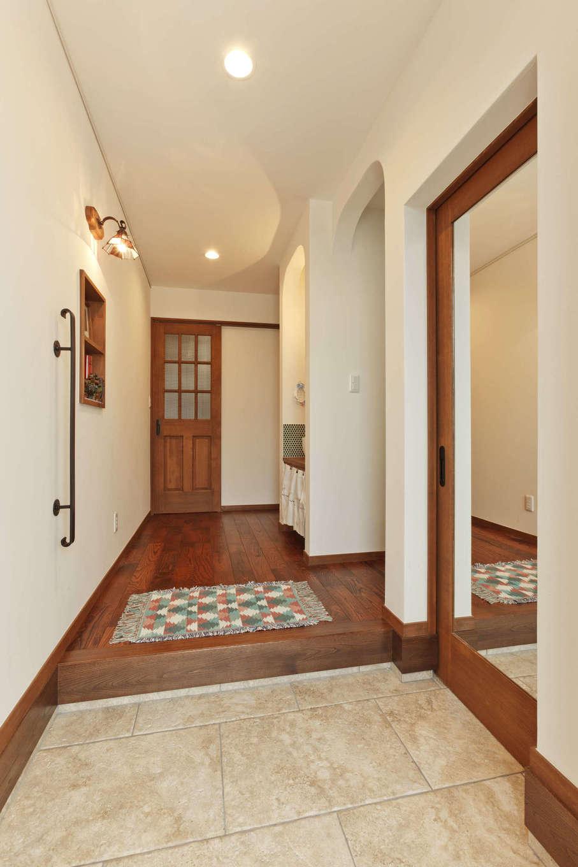 アスカ工務店【子育て、自然素材、間取り】シューズクローク付きの玄関。土間はローマの石畳をイメージしたタイルを使用