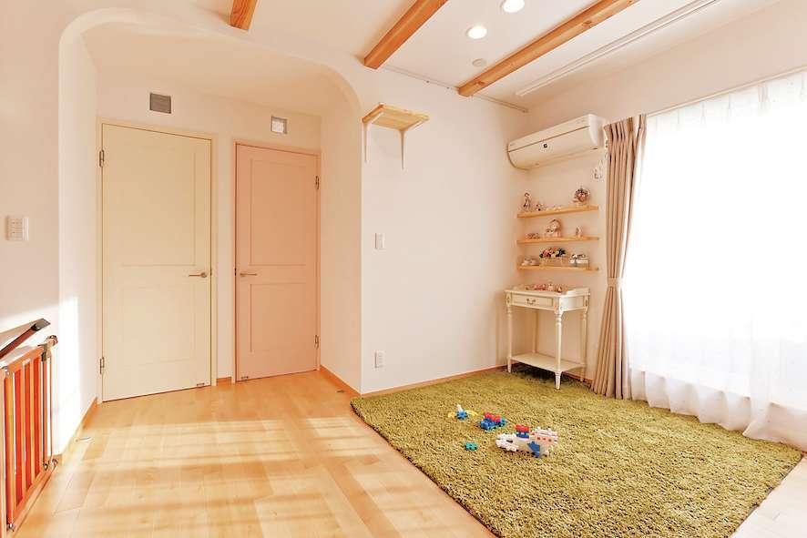 アスカ工務店【子育て、自然素材、間取り】2階のファミリールームは、就寝前に家族で寛いだり、子どもがブロック遊びや絵本などの1人遊びに集中したりするための空間。自ら考え、楽しみを見出すことで、豊かな創造力を養える。