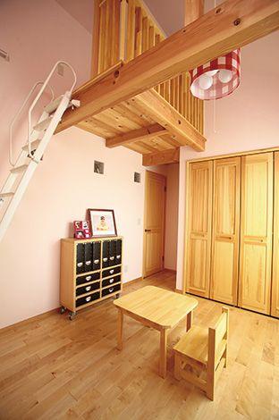 ピンクの壁やガラスブロックがキュートな子ども部 屋。ロフトには、『アスカ工務店』の標準仕様のパ イン材を使用し、肌触りも柔らか。大工さんお手製のイスとテーブルも素朴で使いやすそう