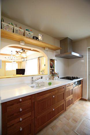 来客時にも慌てずに済む、セミオープンのキッチン。調味料を入れるニッ 飽きのこないナチュラルな外観デザインが好評だチ棚や、背面の造作カウンターも使いやすくて便利