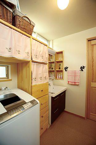 洗面所にも大きな造作棚を設置。木の風合 いがインテリアにしっくり馴染み、収納力もたっぷり