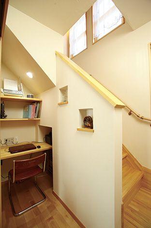 空調のため扉を付けたリビング階段下は、収納ではなくご主人 のワークスペースを設置。リビングとほど良い距離感があり、集 中できるとご主人も満足