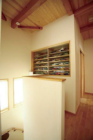 ご主人の1970年代のナイキスニーカーを飾るための棚を2階廊下に設置