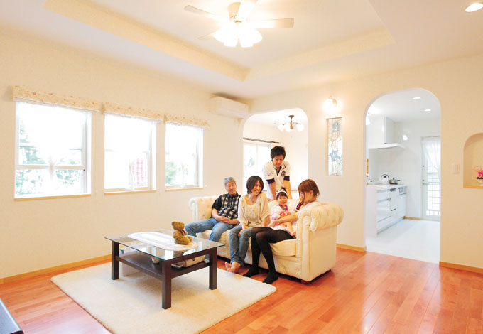 アスカ工務店【子育て、輸入住宅、二世帯住宅】窓が多く光をたっぷり取り込み、さわやかな風が抜けるリビング。床材は赤みのあるカバザクラ。白い壁とのコントラストが引き立つ。家族が自然に集まるあたたかさをもつ