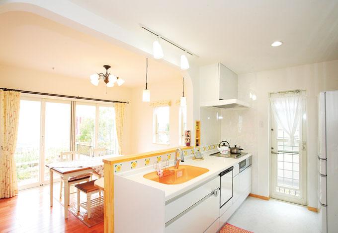 アスカ工務店【子育て、輸入住宅、二世帯住宅】白で統一さ れたキッチンには、オレンジのシンクが映える