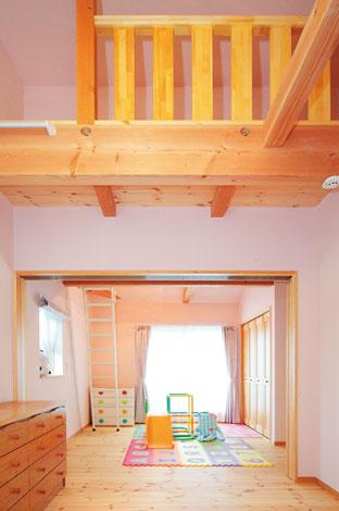 アスカ工務店【子育て、輸入住宅、二世帯住宅】成長に合わせて間仕切りできる子ども部屋。ロフトも2 8 つ付く。無垢の床を、子ども達が裸足で気持ち良さそうに走り回る
