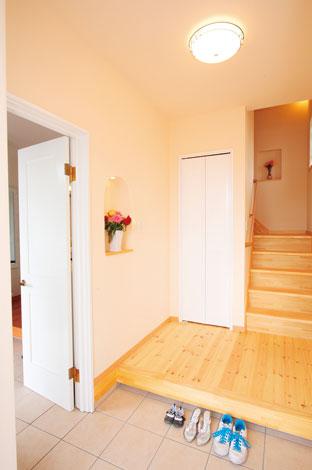 アスカ工務店【子育て、輸入住宅、二世帯住宅】両世帯の玄関は扉で繋がっている。雨の日でも濡れずに行き来ができる