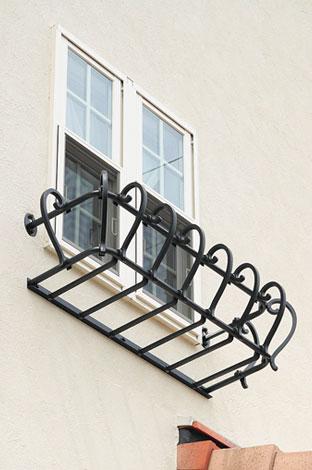 アスカ工務店【子育て、輸入住宅、二世帯住宅】窓のフラワーボックスや室内のカーテンレール、照明にもアイアンが。外壁の煉瓦もキュート