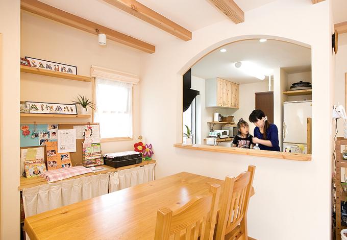 アスカ工務店【1000万円台、子育て、輸入住宅】料理も食事も楽しくなる!キッチン&ダイニング。キッチンとしての独立性を保ちつつ、大きな開口部が家族の自然なつながりを生む。ダイニングの収納と飾り棚は見学したOBさんのお宅を参考に。お子さまたちの作品などがきれいにディスプレイされる
