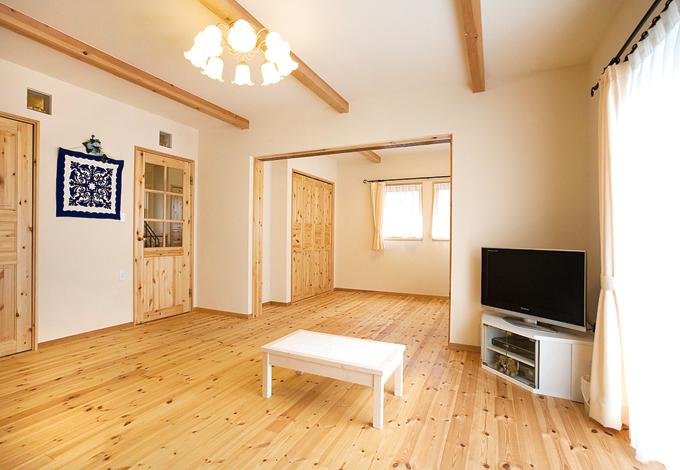 アスカ工務店【1000万円台、子育て、輸入住宅】普段はLDKと洋室をつなげて、開放的な空間に。壁にはめられたガラスブロックや木製サッシが、部屋の雰囲気を明るくする