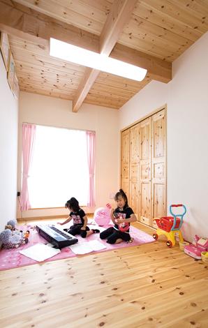 アスカ工務店【1000万円台、子育て、輸入住宅】2 階もパイン材の床と珪藻土の壁。建具類もすべてパイン材が使われ、統一感を演出する