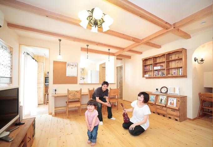 ナチュラルな素材感に照明や家具のあたたかみが加わり、居心地のいい空間に仕上がった