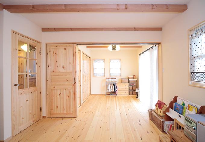 普段はLDKと洋室をつなげて開放的な空間に。建具類もパイン材が使われる