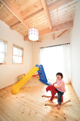 2階もパインと珪藻土。高い断熱性、遮音性も同社の住まいの特長