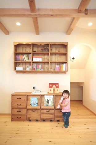 オーダーメイドの家具は部屋の雰囲気にバッチリ!本棚とテレビボードは、お気に入りの家具屋さんにオーダーしたものを 造りつけた。階段下はあえて扉をつけず、秘密基地のような雰囲気に