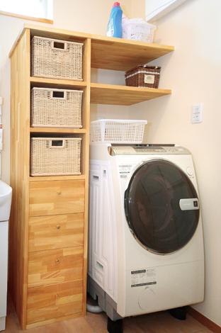 かごのサイズにあわせて造作。洗濯機上部の空間も活かした