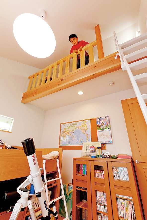 アスカ工務店【趣味、自然素材、ガレージ】LDKの隣に設けたロフト付きの子ども室。バルコニーにも出られる