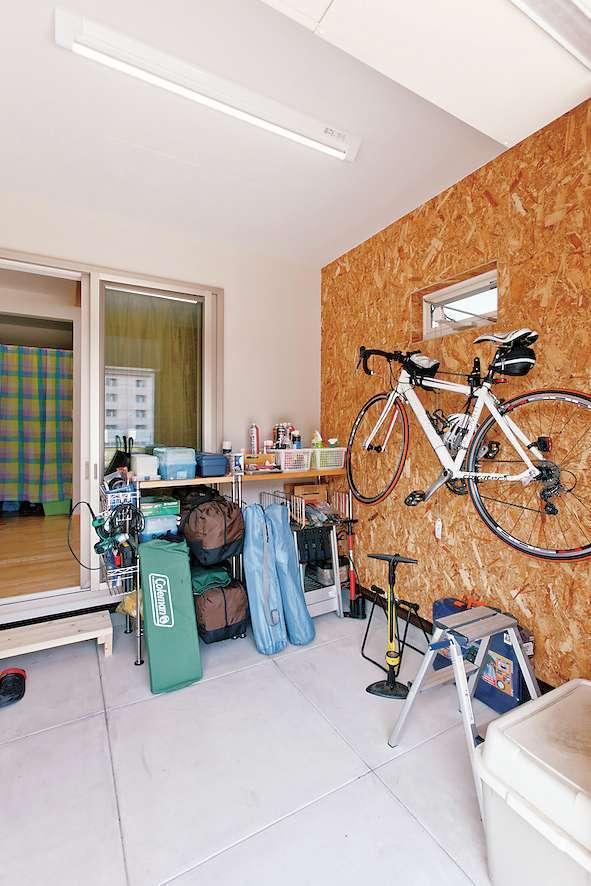 アスカ工務店【趣味、自然素材、ガレージ】書斎付きのセカンドリビングから直接出入りができるインナーガレージを設置。ガレージでは自転車いじりも存分に楽しめる
