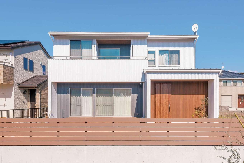 フジモクの家(富士木材)【デザイン住宅、自然素材、インテリア】外観は真っ白のガルバリウム鋼板にやわらかな木の風合いをプラス。色と素材に変化をつけることで、デザインにほどよい落ち着きが添えられた。2階の2部屋は最大4部屋になる可変性のあるつくり