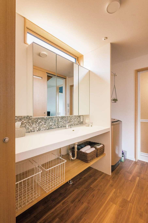 フジモクの家(富士木材)【デザイン住宅、自然素材、インテリア】浴室、洗濯スペース、洗面と、水回りは周遊可能に。朝の支度がスムーズになるよう洗面台の幅も広くとった