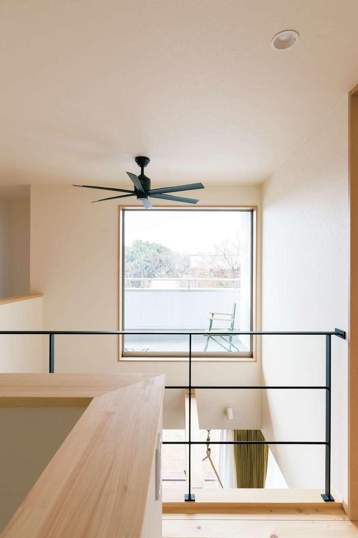フジモクの家(富士木材)【デザイン住宅、自然素材、インテリア】手すりやシーリングファンなどは黒を選び、空間を引き締めた。バルコニーの屋根の下はご主人のリラックススペース