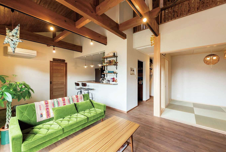 フジモクの家(富士木材)【趣味、平屋、インテリア】友人がたくさん集まるW邸。リビングと一体化できる畳コーナーもあり、広々としたスペースで、くつろぎの時間を過ごせる