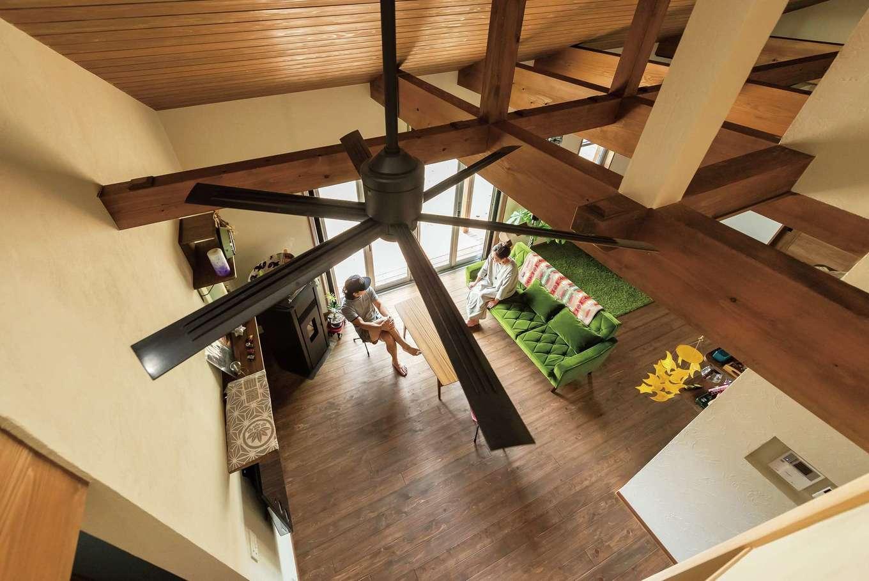フジモクの家(富士木材)【趣味、平屋、インテリア】ロフトから見おろすリビング。梁を見せた三角屋根の勾配天井、格子にしたロフトの壁で、吹き抜けのような開放感たっぷりの空間に