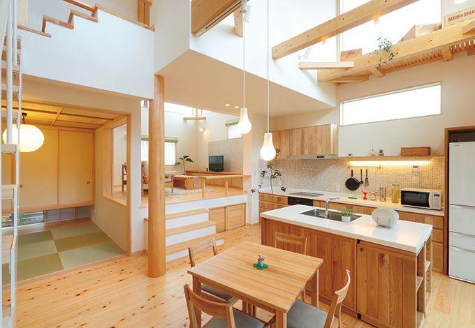 縦へ横へと立体的につなげられた空間が、目に広がりと楽しさを運ぶ。スキップにより空間の役割を穏やかに分けることで、開放感はあ るが、過ごしやすい空間となっている。アイランドスタイルのナチュラルな木製キッチンはママたちに大好評