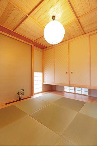 和室は昔ながらに、モダンをひとふり。LDKとのつながりも自然な空間へと仕上げた。押し入れを吊ることにより、隣家からの視線を意識することなく、視線の伸びと明るさが供給される
