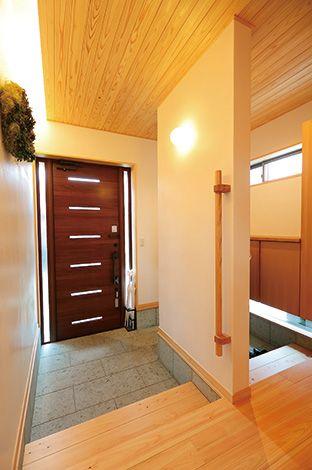 玄関は家族用と来客用を 分け、すっきりと。清々しさの中にも、間接照明や天井の 杉板で、お客さんの印象をやわらかくする、あたたかみを溶け込ませている