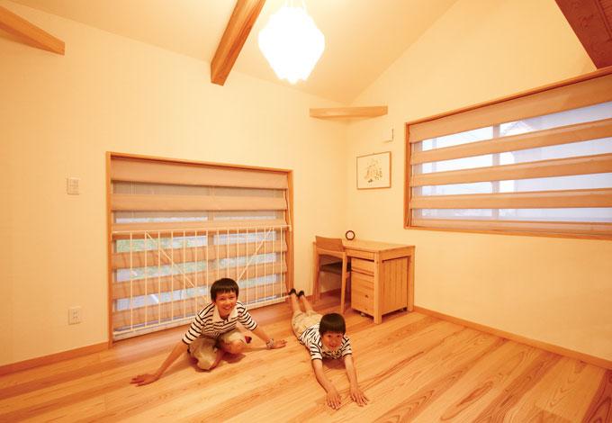 エコフィールド【自然素材、省エネ】無垢の床材は足裏の感触 も優しい。湿度の高い夏はサ ラッとしていて、冬はひんやり しない。子ども達も一年中の びのび遊べる