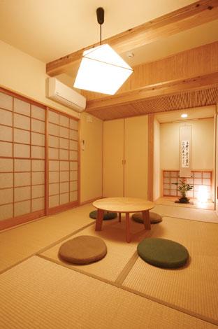 エコフィールド【自然素材、省エネ】襖には和紙を使ったり、天 井に丸竹を使うなど、素材感 を楽しめる和室