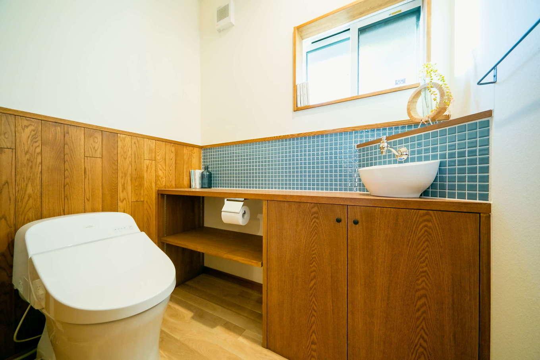 エコフィールド【子育て、趣味、自然素材】タイルや洗面ボールに水洗金具など、奥さまのセンスが光るトイレ空間