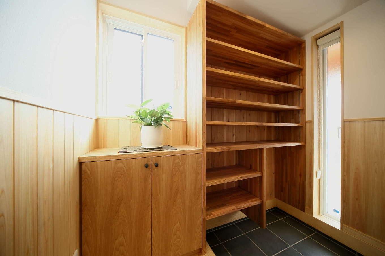 エコフィールド【自然素材、省エネ、間取り】玄関ホールにはたっぷりと収納可能なシュークロークを用意