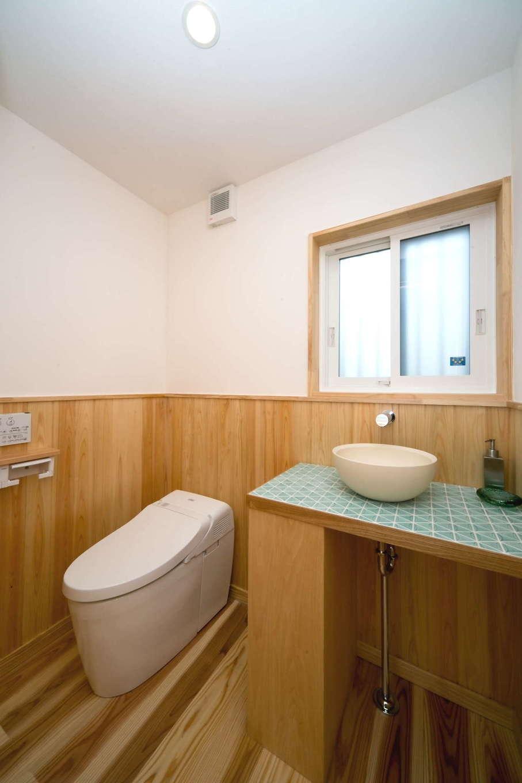 エコフィールド【自然素材、省エネ、間取り】トイレの手洗いも造作。タイルの上に置かれた丸い洗面ボウルがかわいらしい