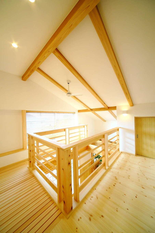 エコフィールド【自然素材、省エネ、間取り】無垢が香る2階ホールの吹き抜け部分。天井の棟木や垂木がダイナミック